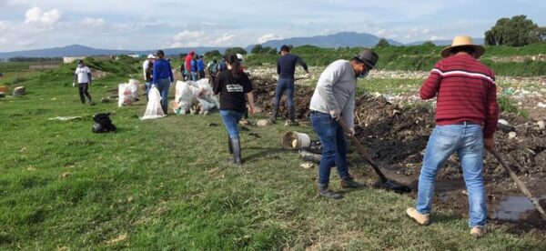 Rotary Clubs Metepec cleaning the Rio Lerma
